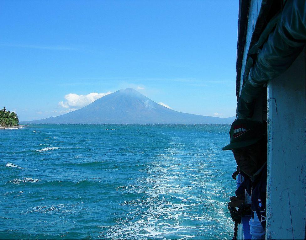 Ils sont partout. Ils ne demandent qu'à nous envahir, nous submerger de leurs violents  tsunamis, de leurs laves dévorantes. Peu à peu ils s'étendent partout: ce sont les volcans de Florès ( Indonésie ).