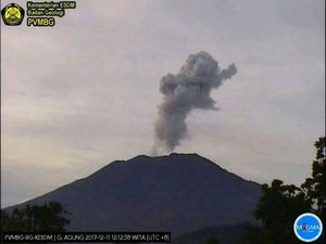 Agung - numerous plumes of ash on 11.12.2017, of which two respectively at 12h 12 & 18h27 Wita - PVMBG / Magma Indonesia webcams - a click to enlarge