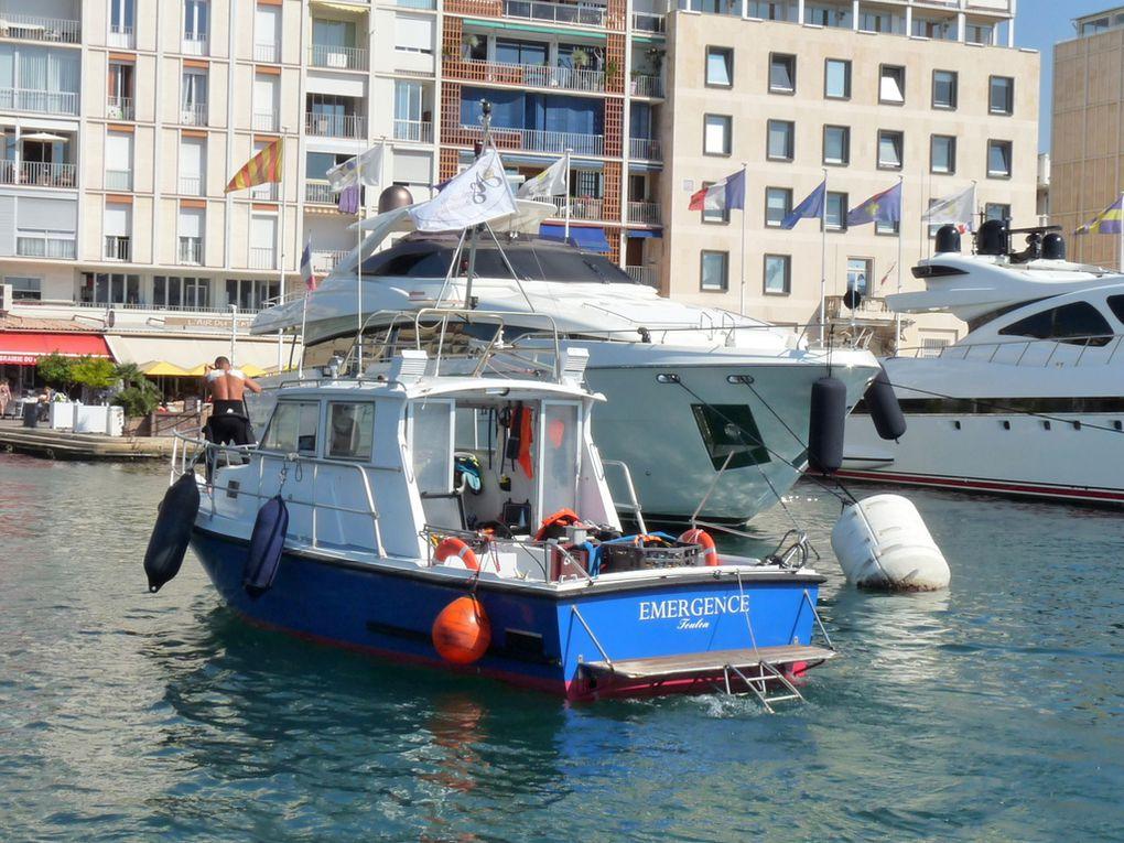EMERGENCE , Vedette de traveaux maritimes  dans la darse vieille du port d Toulon  , le 29 septembre 2016