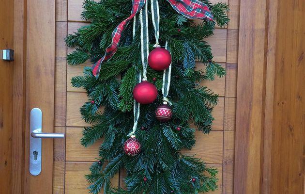 Fabriquer une décoration de porte pour Noël