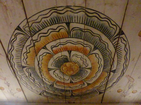 un chalet reconstitué avec murs et plafond peints...Une visite qui en valait la peine...  et gratuit en plus...