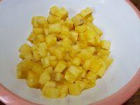2 - Mettre les feuilles de gélatine à ramollir dans un récipient avec de l'eau froide. Découper l'autre moitié d'ananas en petits dés après avoir retiré le centre plus dur. Réserver une moitié des dés d'ananas et passer l'autre moitié au mixeur avec les restes des tranches (découpées à l'emporte-pièces) pour obtenir une purée.