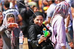 Des jeunes iraniens arrêtés pour avoir participé à une bataille d'eau...