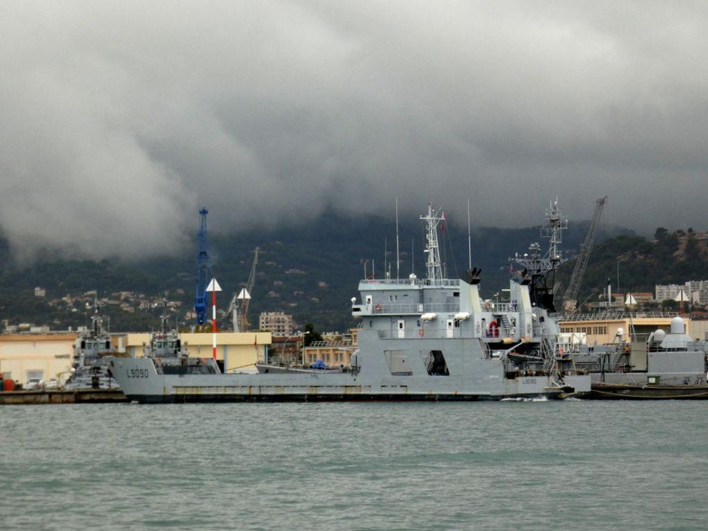 GAPEAU , L9090 , chaland de transport et de servitude (CTS) a quai dans la base navale de Toulon le 21 octobre 2019