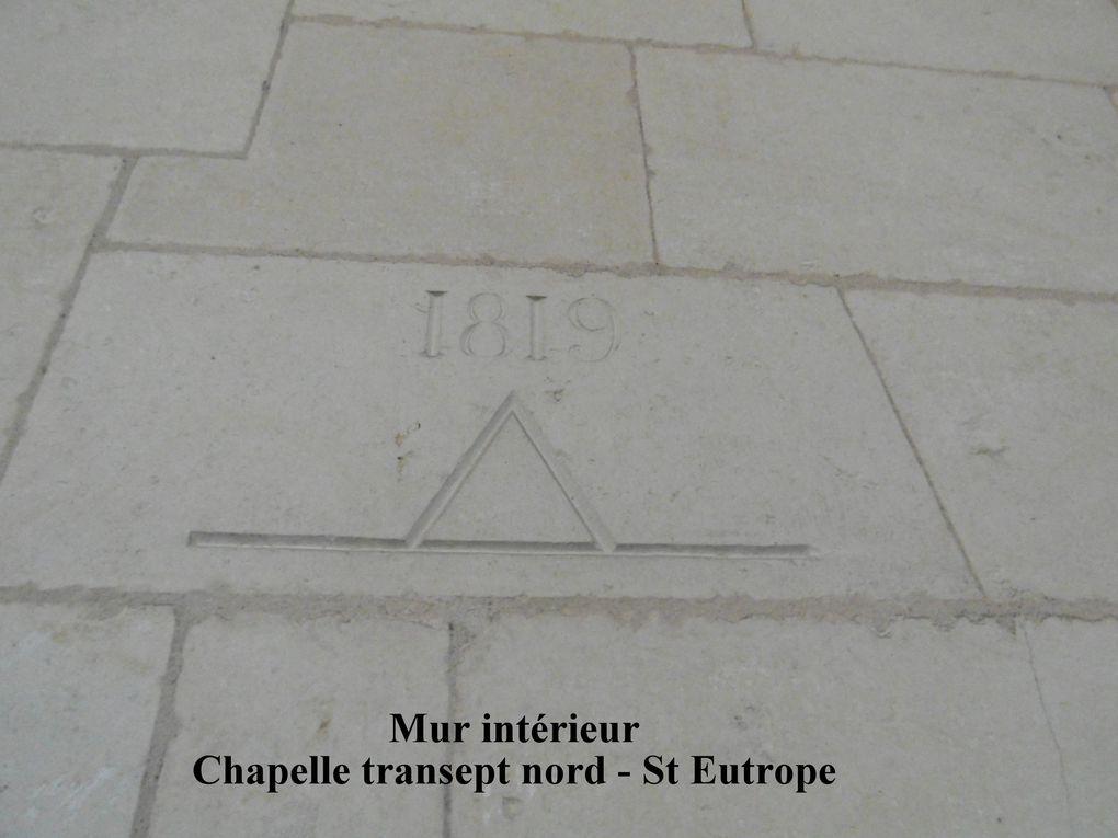 Graffiti et marques de tâcherons tout au long des parois de l'escalier de pierre qui mène au splendide clocher St Eutrope qui surplombe Saintes.