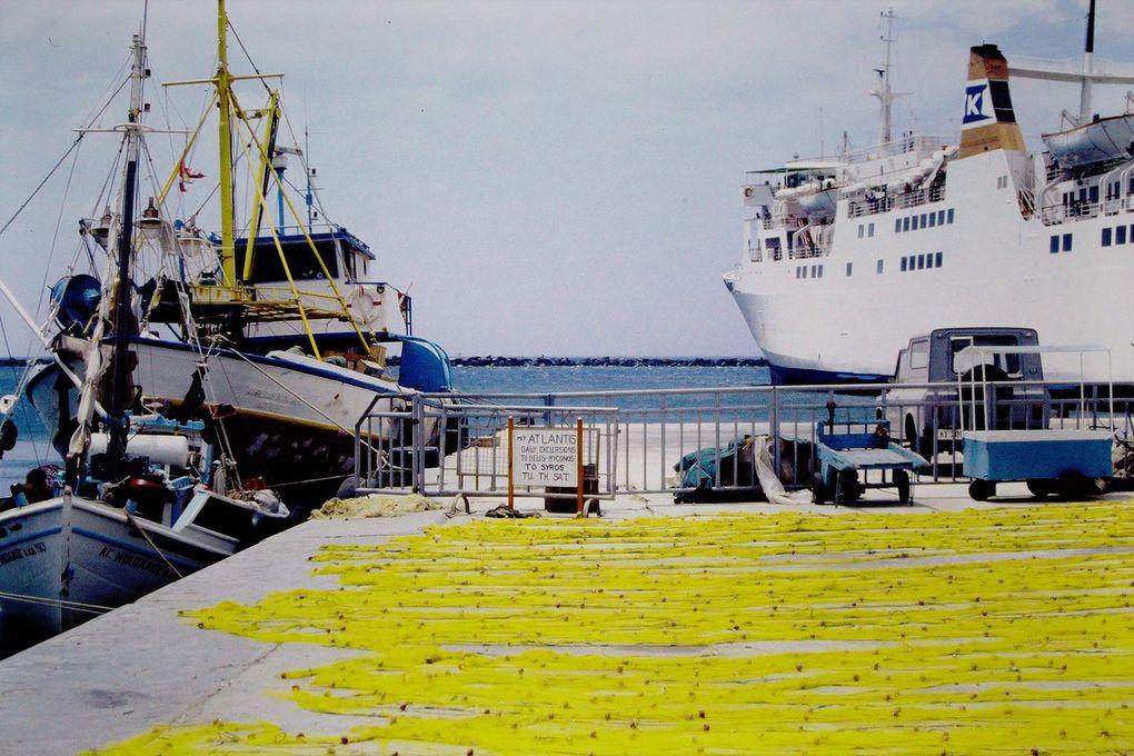 Au début des années 80, à Naxos,  plusieurs bateaux  étaient à quai, avec leur chargement d'éponges pêchées en Méditerranée ( dia 1 ). On y voyait aussi le pope sur le quai et un âne dans les ruelles. Beaucoup de jeunes Européens voyageaient, sac à dos et dormaient tout simplement sur les plages. Sans problème.