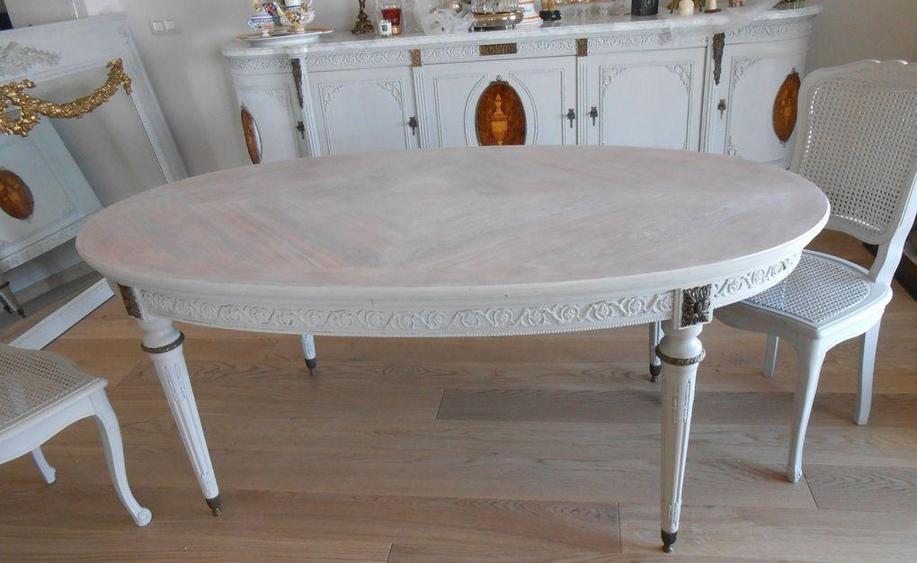 Détail de la table avec la réalisation de son plateau cérusé pour faire apparaitre le beau travail de marqueterie.