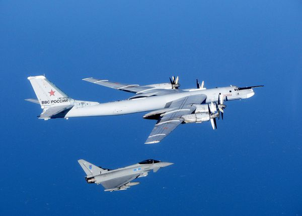 Photo : (c) UK Mod - Interception d'un bombardier Tu-95 Bear par un Typhoon de la Royal Air Force.