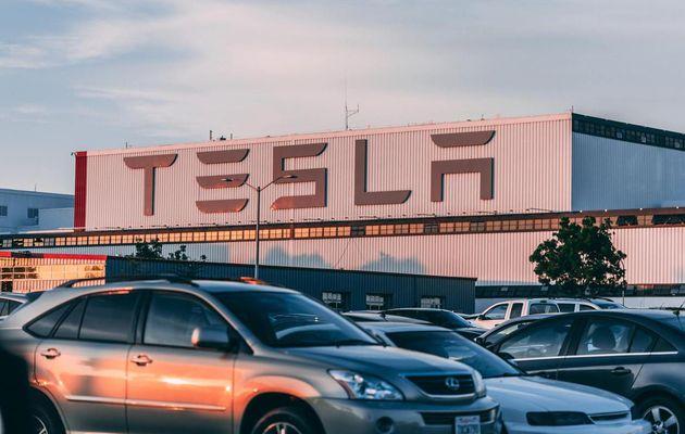 Los conductores de Tesla no siempre saben como usar sus vehículos. Elon Musk quiere enseñarles.