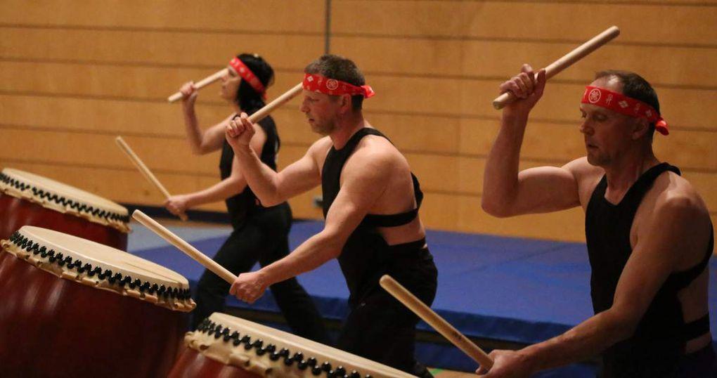 Ein Trio von Todoroki Wadaiko Würzburg sorgte mit ihrer Kunst des rhythmischen TAIKO-Schlagens für einen stimmungsvollen Auftakt. Mit zwei Stöcken und ganzem Körpereinsatz gespielt, zählt die TAIKO zu den mächtigsten und faszinierendsten Instrumenten unserer Erde. Das japanische Trommeln ist pure Freude, Körperbewusstsein, Bewegung und ein Musikerlebnis für alle Sinne.