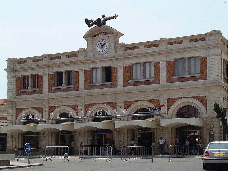 La gare de Perpignan, « centre cosmique du monde » selon Dalí, en parlant de sa façade, photo Monster 1000, Wikipédia CC.