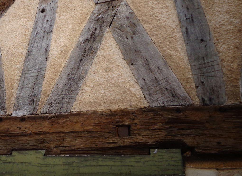 Ici sur les boiseries d'une maison à colombage nous découvrons les inscriptions de montage des charpentiers / maçons. Quelques-rues plus loin ce sont des fouilles archéologiques place Charles VII .....