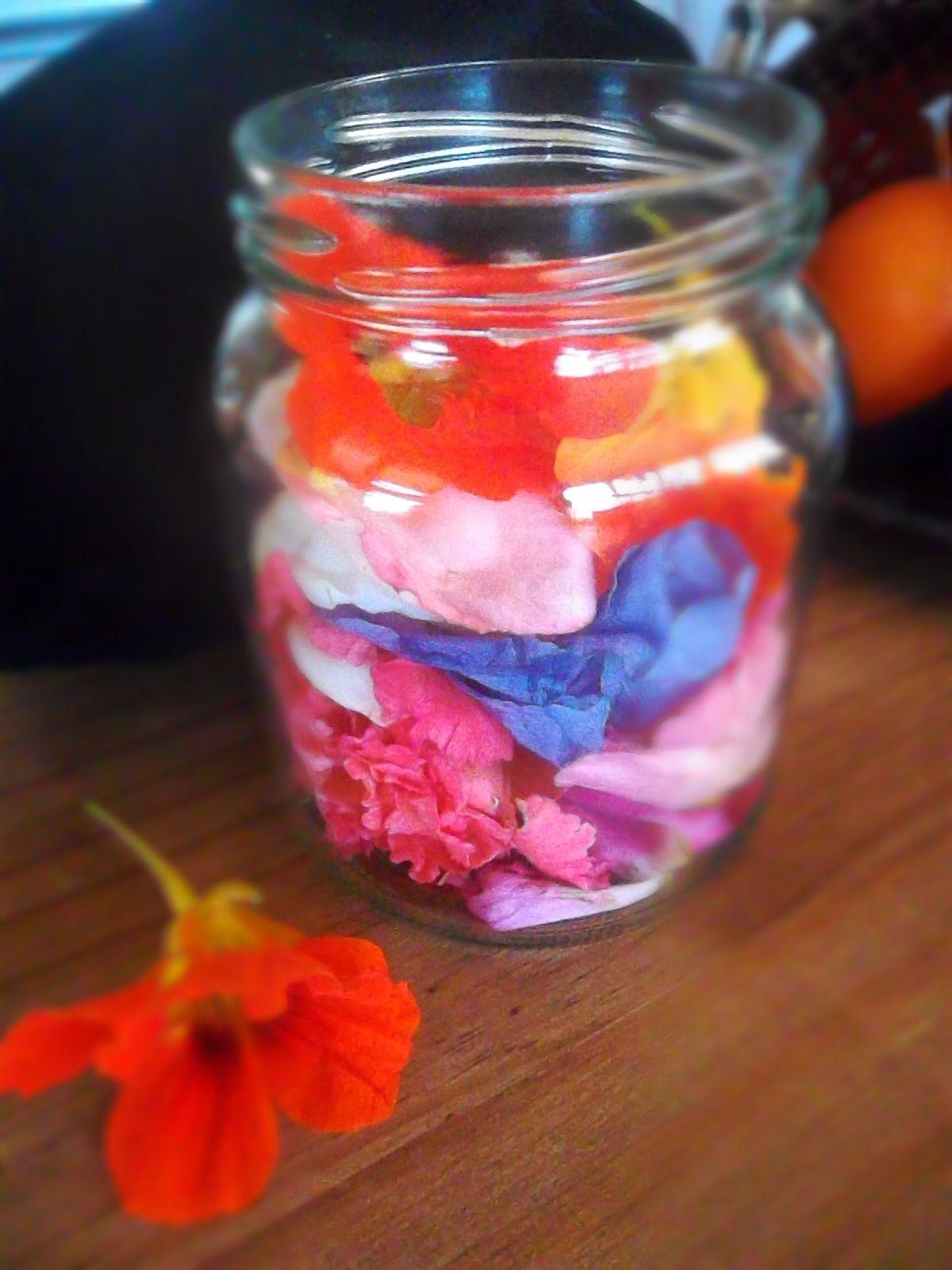 Ici pétales de roses de différentes couleurs, hibiscus et capucines...