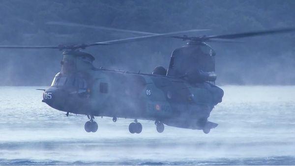 Photo : (c) Ejercito de Tierra - Un CH-47D Chinook des Forces Spéciales s'apprête à récupérer un canot pneumatique.