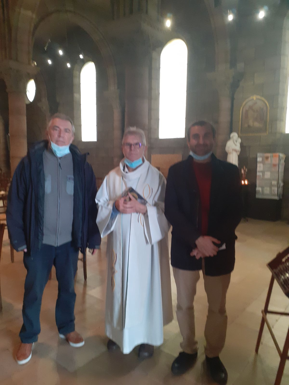 Photo-souvenir de Jamel, après la messe, avec le P. Eugène et un paroissien