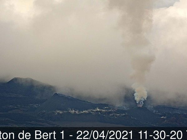 Piton de La Fournaise - weather conditions unfavorable for observation - Piton de Bert cameras on April 22 and 23, 2021 - doc. OVPF & IRT - one click to enlarge