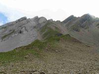 Une descente plutôt engagée. Vue depuis la combe et zoom sur le Trou de la Mouche.