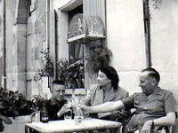"""En terrasse avec mes parents, au milieu des années """"50"""" - La maison du père à Mirebeau - mon père et notre fille Amélie dans le jardin de Mirebeau en 1981."""