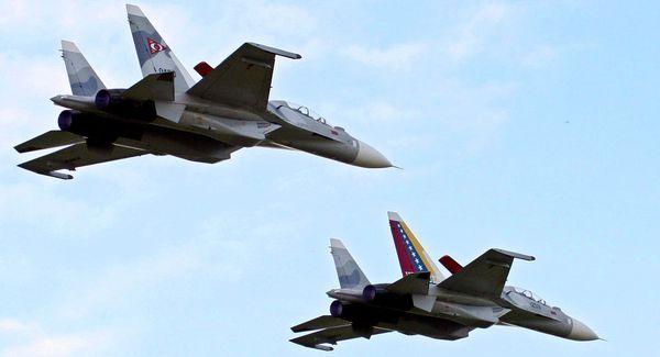 Photo : © AP Photo / Juan Carlos Hernandez - Deux Su-30 en formation de la Force Aérienne du Venezuela.