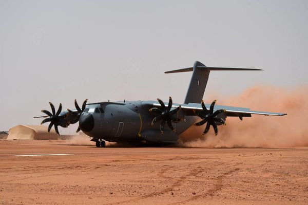 © ADJ Pascal / CEAM- Posé d'assaut de l'A400M sur la piste de Madama.