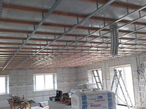 Pose de tasseaux 45/45 au plafond pour fixer les suspentes à l'aide de cordeau, pose des fourures..le plafond sera divisé en grandes 2 parties: nuit / jour pour une isolation phonique parfaite !