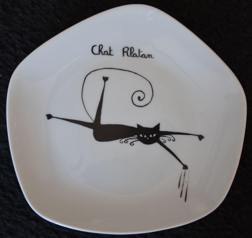 Toutes les peintures sont faites à la main selon la méthode traditionnelle des porcelainiers de Limoges. Cuites à très haute température, elles résistent au lave-vaisselle, micro-ondes, four (sauf métaux précieux).