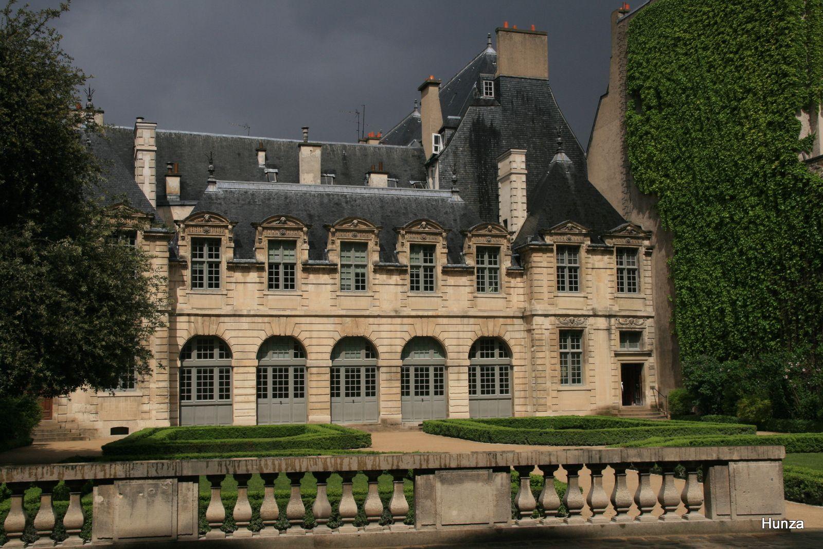 Paris, l'ancienne orangerie de l'Hôtel de Sully et le jardin à la française