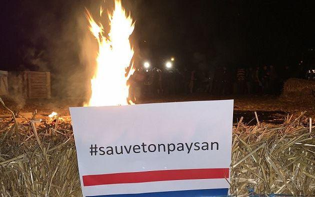 """Quelques centaines d'agriculteurs ont procédé hier soir à des actions """"feux de la colère"""" afin d'exprimer le """"malaise"""" du monde agricole"""