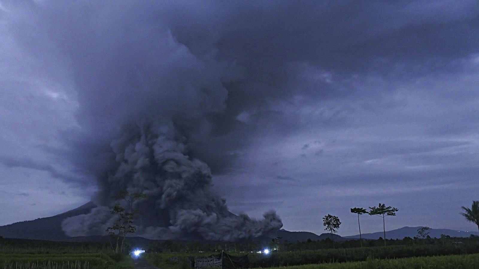 Semeru - pyroclastic flows reach the base of the stratovolcano this December 1 - CNN Indonesia image