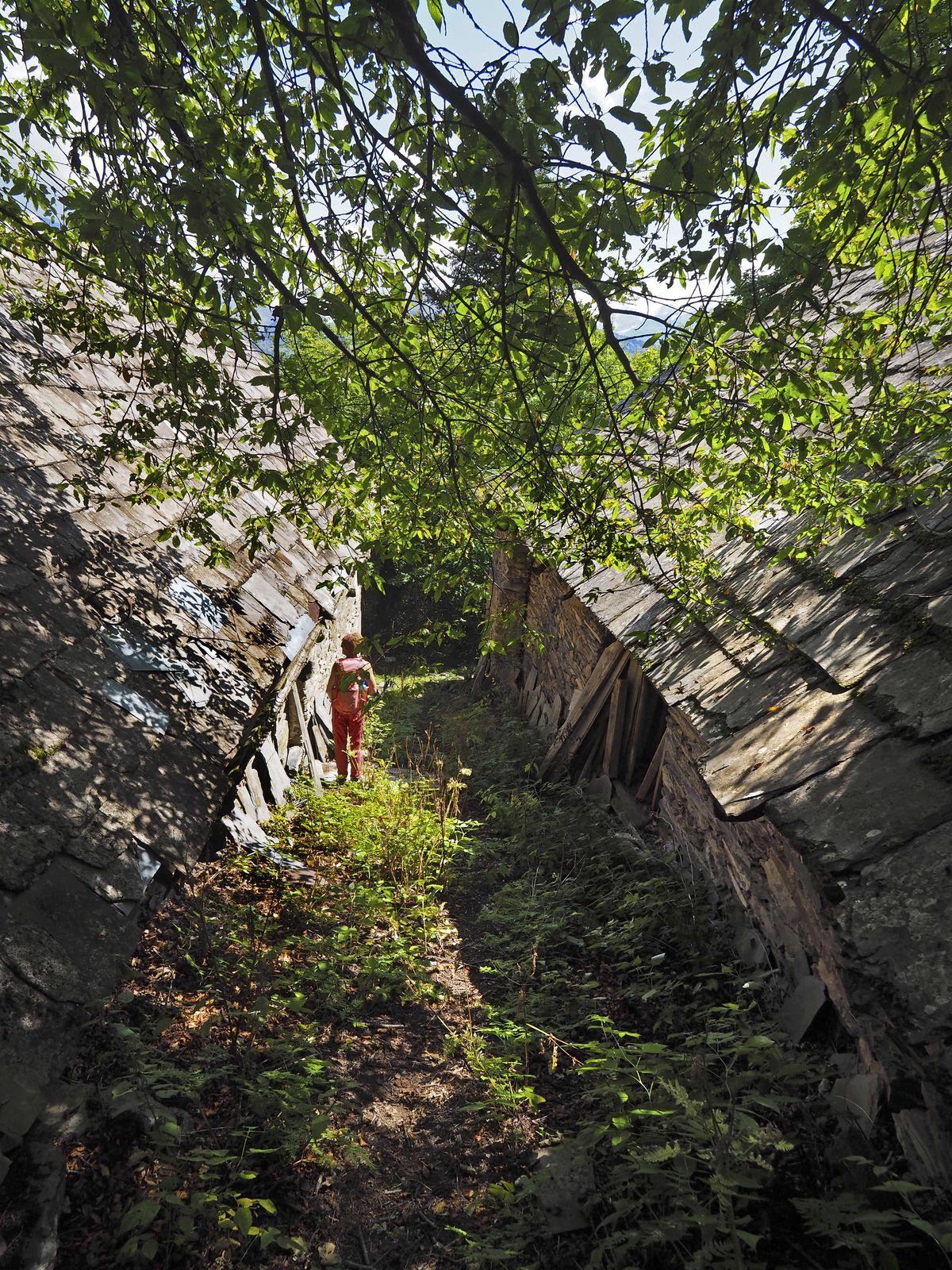 Les ruines du Puy d'Oulles ont quelque chose d'émouvant. Une maison est encore pleine d'objets, comme si ses habitants étaient partis à la hâte.