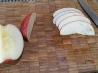 2 - Pendant la cuisson de la pâte, peler à vif les mandarines, et prélever les quartiers. Eplucher les kiwis, couper en rondelles et les retailler à l'emporte-pièce rond pour obtenir des formes régulières. Découper de fines lamelles dans un quartier de pomme en conservant la peau. Laver, sécher, équeuter les fraises et les trancher finement dans le sens de la hauteur. Prélever quelques graines de grenade. Conserver les surplus de kiwis et de fraises qui serviront à réaliser un coulis.