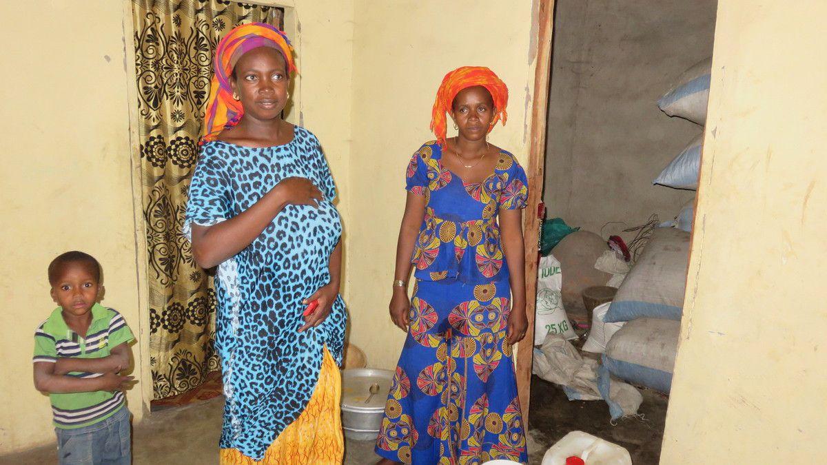Oumou Baldé (au centre) de Sinthiang Soukel,  bénéficiaire il y a deux ans d'un prêt croissance entreprise et dont l'activité s'est vite développée vient de rembourser par anticipation au mois de novembre les prêts octroyés début 2018.