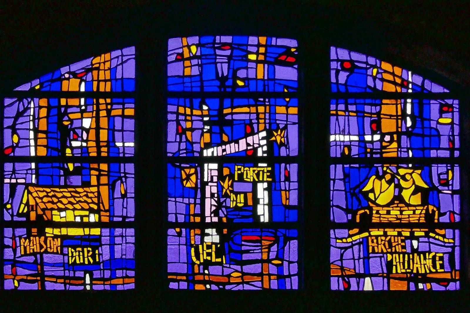 Vitraux (dalle de verre, Félix Razin, 1931) de la nef de l'église Saint-Rémy de Camaret-sur-Mer. Photographie lavieb-aile 13 juillet 2021.