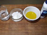 1 - Dans un récipient bien mélanger tous les ingrédients avec un fouet jusqu'à obtenir un mélange homogène. Placer une poêle antiadhésive sur la plaque à chaleur vive.