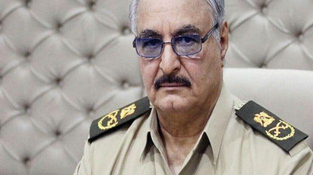 Le chef rebelle libyen Khalifa Haftar attaqué en justice pour «crimes de guerre»