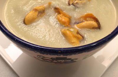 velouté de chou-fleur, oignons de Roscoff, moules et kari gosse