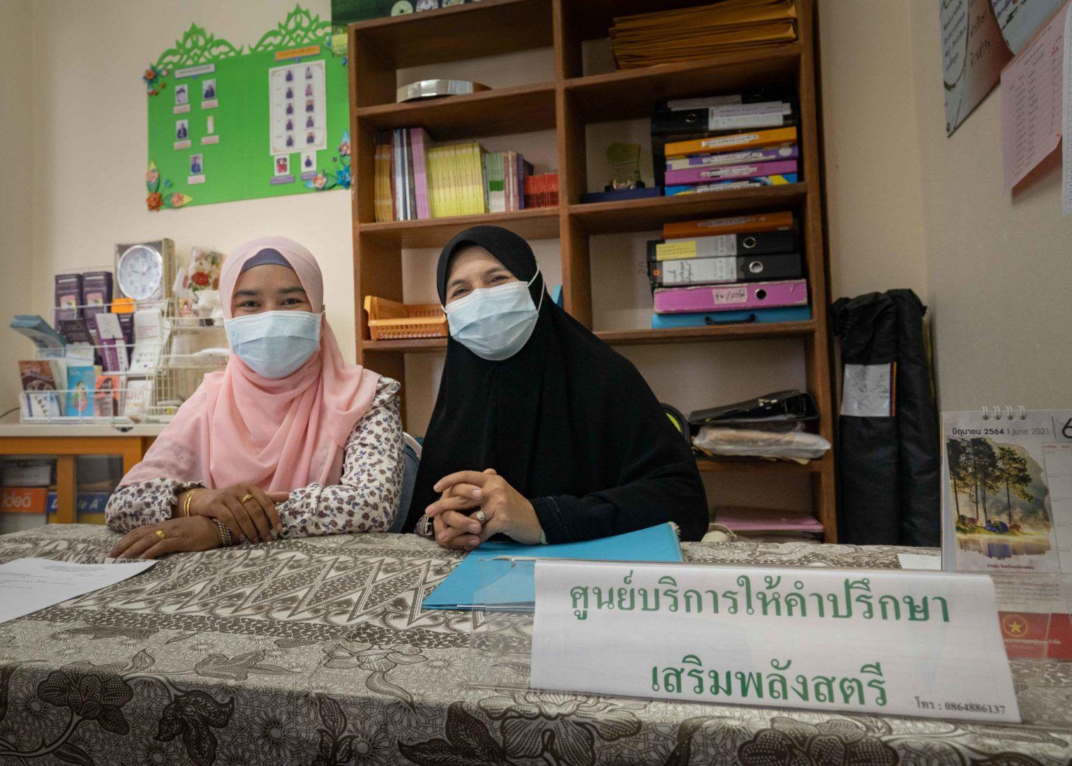 Le centre d'autonomisation et de conseil à Narathiwat avec Rusleena Saleng (à gauche) et Zainab Hajimaming (à droite) (Crédit photo: Ryan Anders)