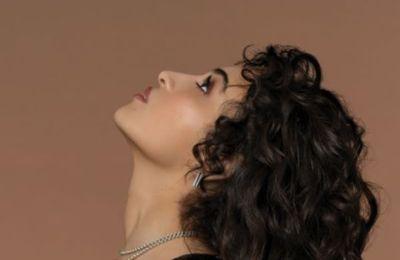 Camélia Jordana dévoile Le monde en main, extrait de Facile x Fragile
