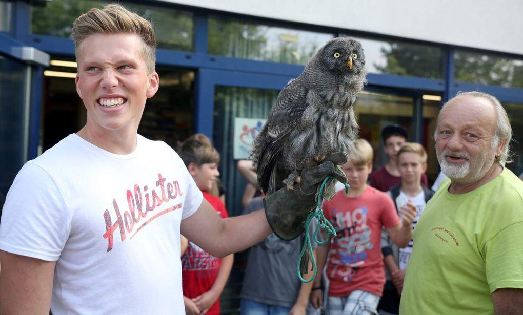 Der noch junge Bartkauz, laut Dellert der größte Kauz der Welt, blickte mit seinen großen Augen ganz freundlich aus der Wäsche, bis er auf der Hand von Schülern seine mächtigen Flügel ausfuhr und zu flattern begann.