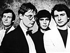 xtc, le noyau fut un duo formé d'andy partridge et de colin moulding formé en 1972 tendance glam avec leurs propres vêtements
