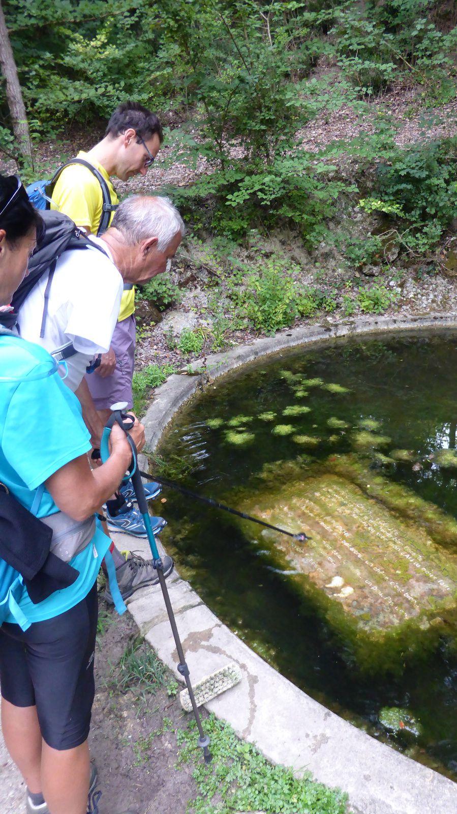 Un peu après Castelnau-sur-l'Auvignon, nous trouvons un plan d'eau avec une plaque dont l'inscription se divulgue quand on la bouge, ce que fait Jean-Paul avec son bâton.