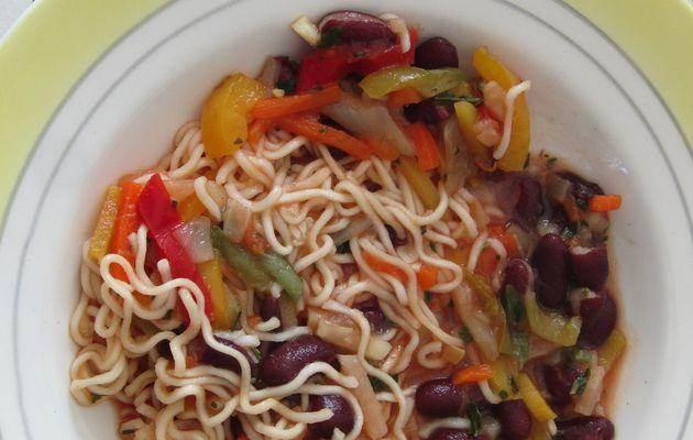 Une julienne de légumes à la sauce tomate accompagnée de nouilles chinoises