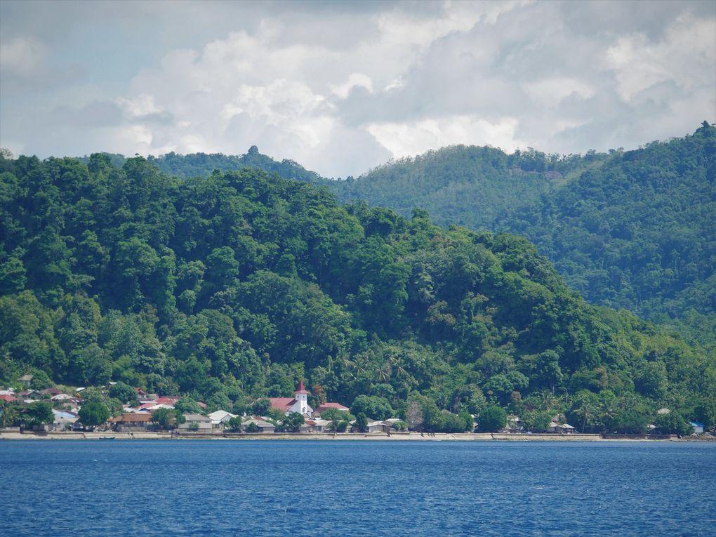 Départ du port de Tulehu ( photo 1 ), où nous avons eu la chance de pouvoir prendre le bateau rapide allant aux Banda, le Bahari express 2. Il ne met que 6 heures pour arriver à Banda Neira, mais ne prend pas la mer si elle est forte: arriver aux Banda en 2017 reste aléatoire, il faut du temps ! On longe la côte sud de Leihitu, puis l'île de Haruku avec ses églises; au loin, probablement la petite île de Nusa Laut, au sud de l'île de Saparua. Enfin, une île rocailleuse et inhabitée marque l'entrée nord des Banda. A tribord, apparaît l'île de Run, celle que nous visiterons en premier.