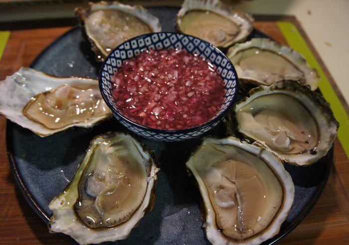 Présentation du vinaigre aux échalotes et ses huitres.