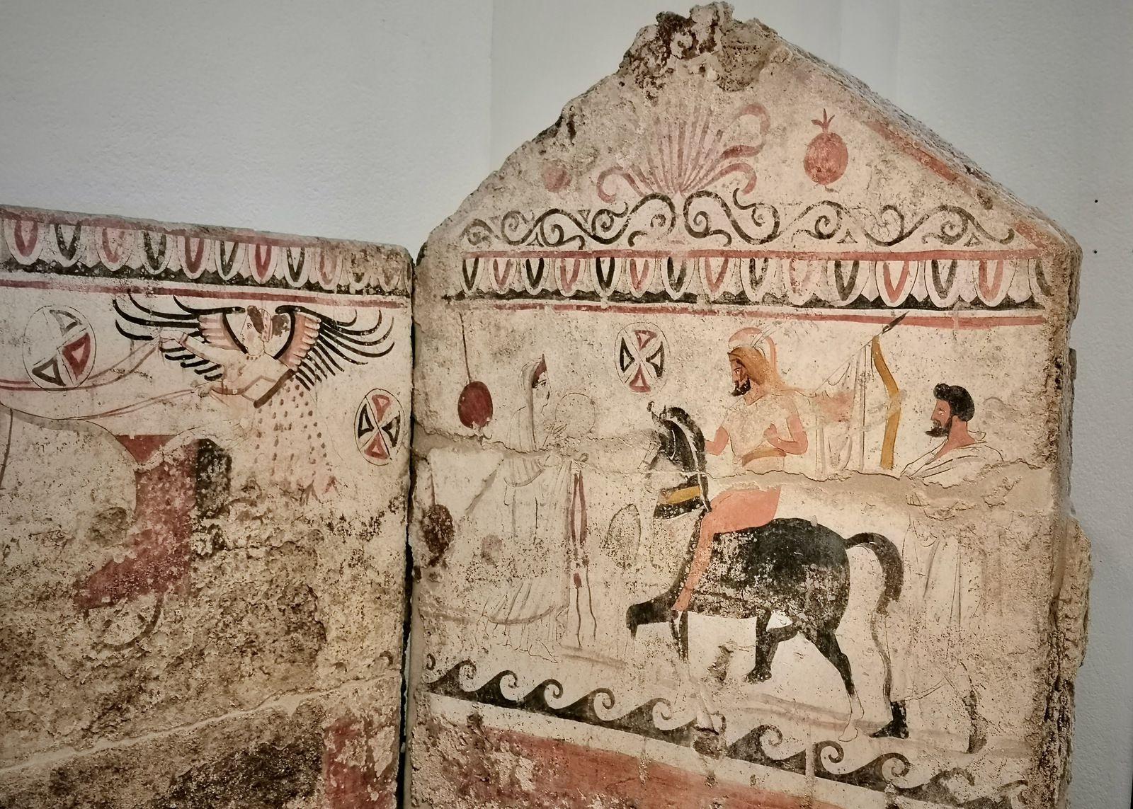Andriuolo, Tomba 86 (330-320 A.C.): Vittoria ala su biga in corso; Ritorno del guerriero