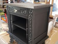 """Atelier relooking avec ma voisine Nicole,  son choix est basé sur la couleur cendre et chaulé sur les décorations du meuble (peintures Libéron). Bouton rétro de chez """"boutons de meuble""""s"""