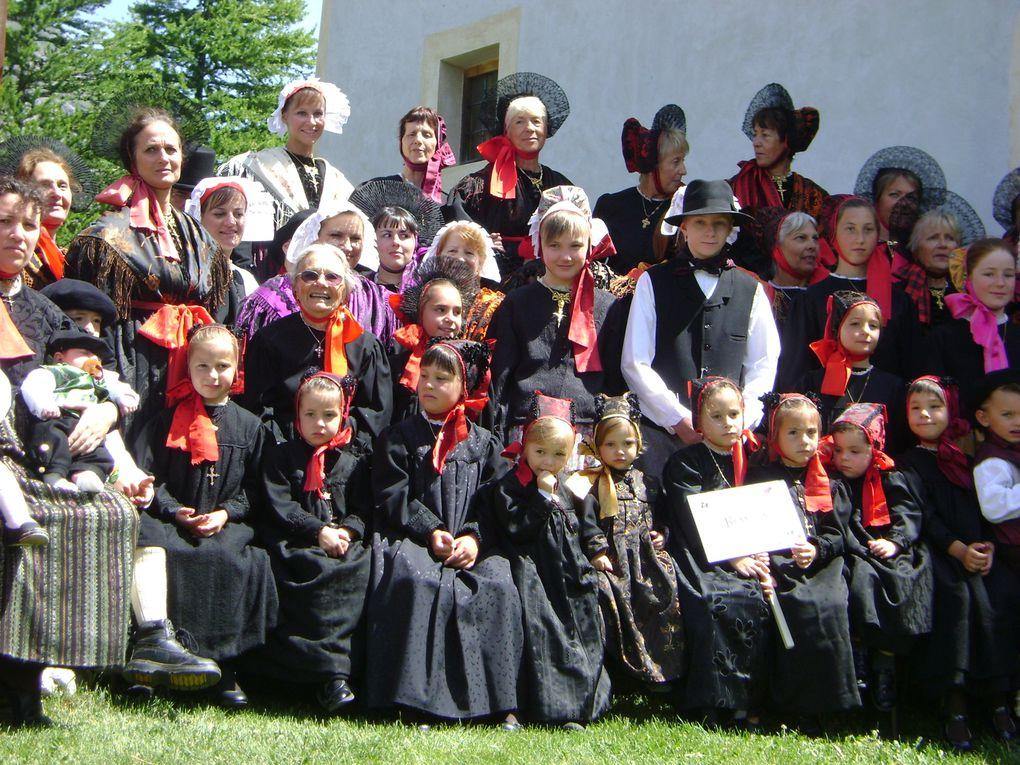 Plus de 400 costumes et près de 3 000 visiteurs pour le Rassemblement des Costumes de Maurienne à Bessans en Haute-Maurienne.  Messe, exposants, repas, défilé, présentation des costumes, danses et chants traditionnels... étaient au programme.