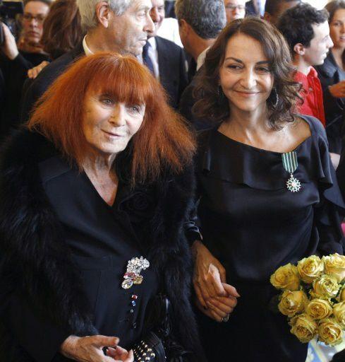 La couturière Sonia Rykiel à l'Elysée le 26 novembre 2013. - Nathalie Rykiel (d) accompagne sa mère Sonia Rykiel, à la remise de la décoration de Chevalier de l'ordre des Arts et des Lettres, le 22 janvier 2010 à Paris