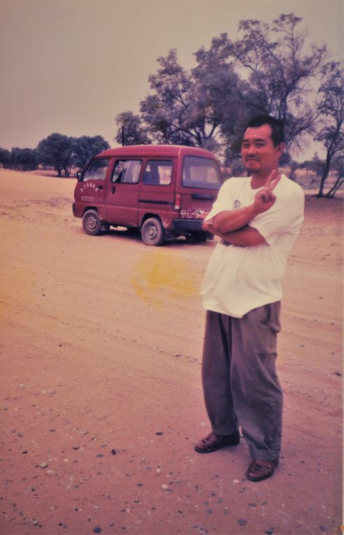 Après la grande ville de Datong, un chauffeur de taxi, rigolard et amateur de rock nous a emmenés sur les sites anciens bordant le désert de Gobi.