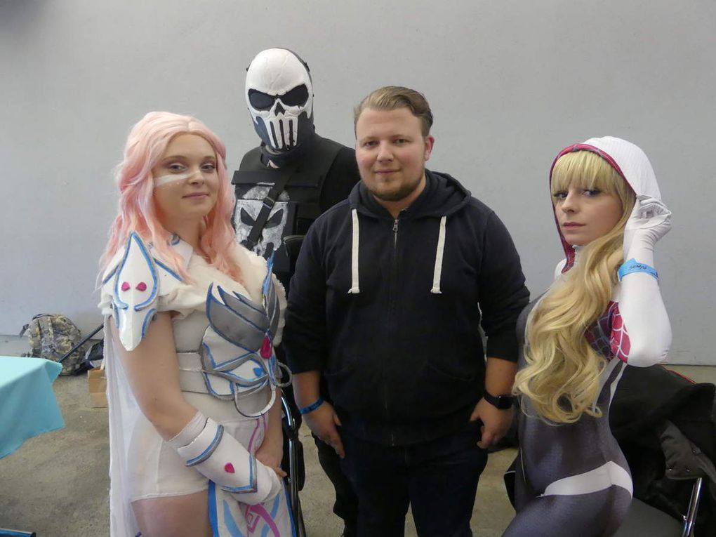 Les membres de la Cosplay League recrutent